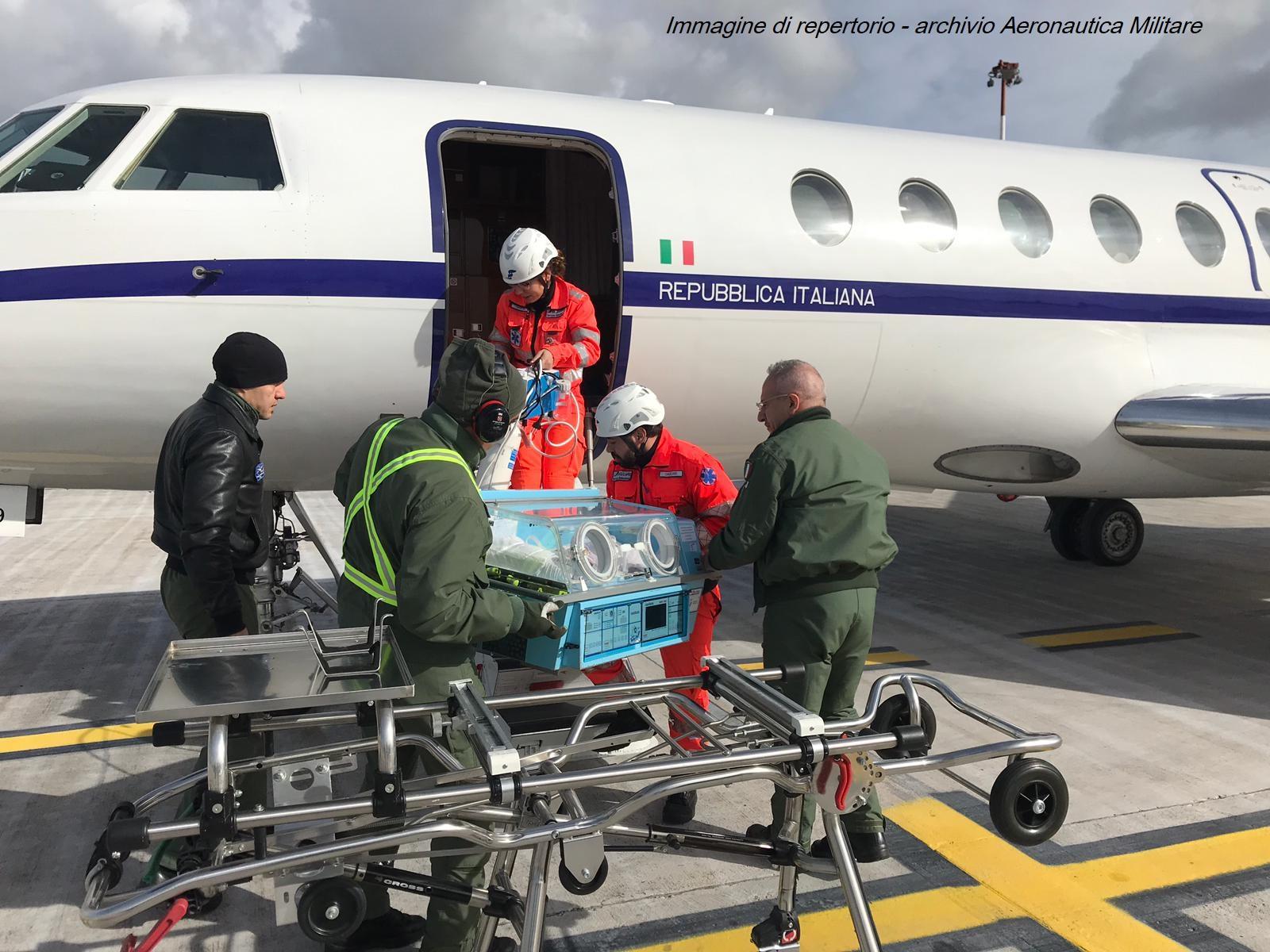 eronautica, soccorso aereo: neonato in culla termica verso il Bambino Gesù  Il piccolo è stato trasportato dalla Calabria a bordo di un Falcon 900 dell'Aeronautica Militare